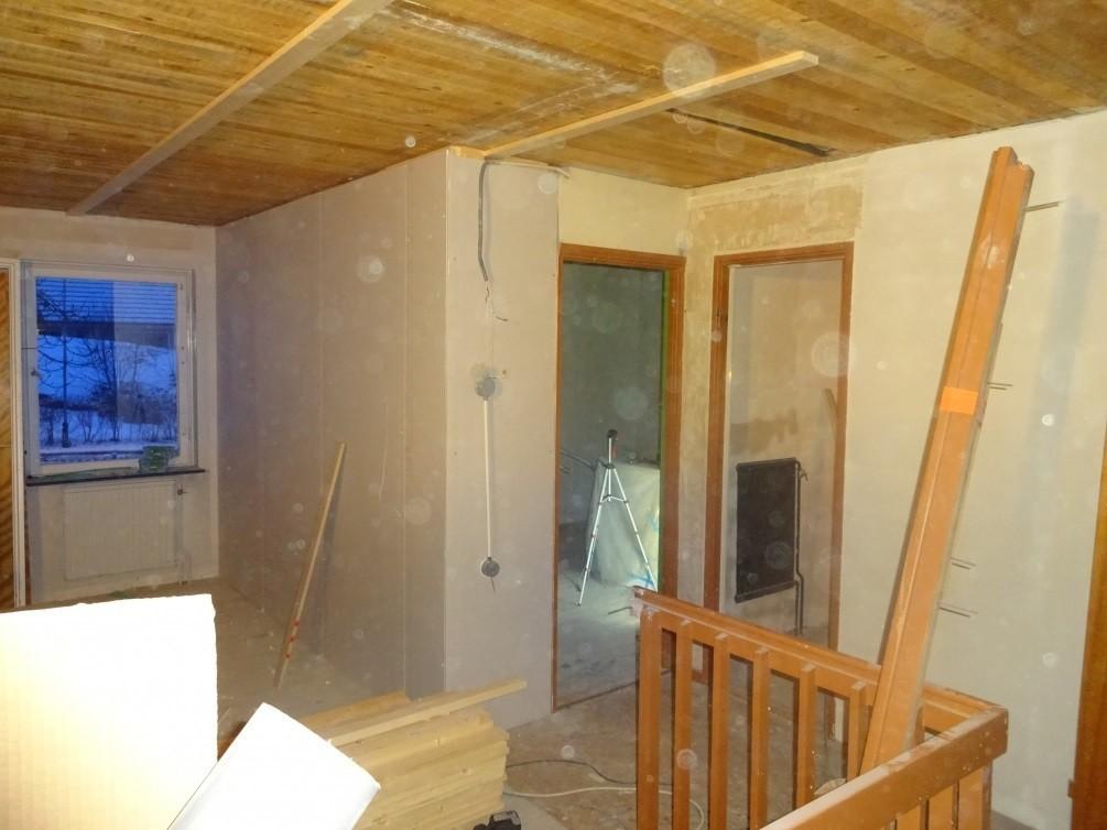 DSC00658 1005x754 - Rivning av hängande vägg , lägga balk i tak